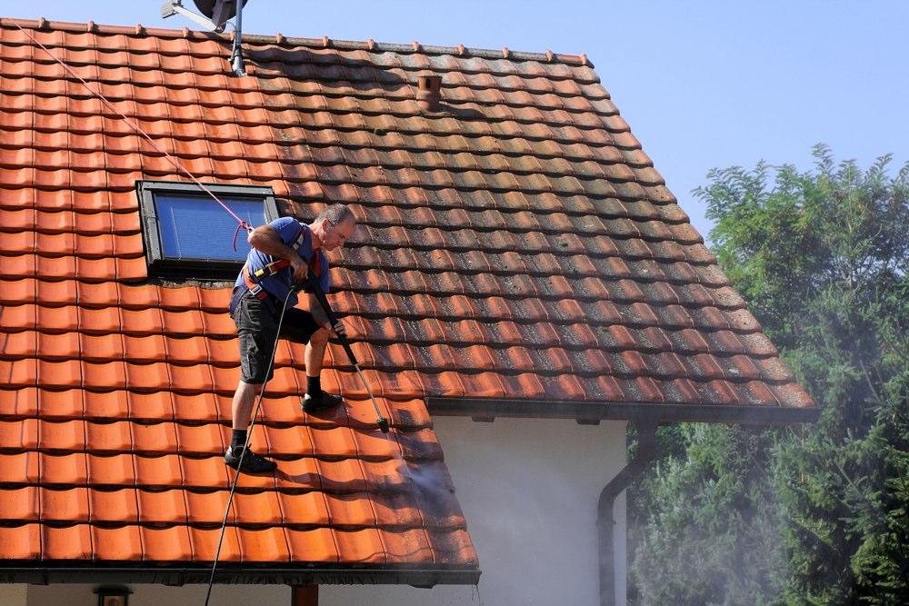 Comment faire disparaître la mousse des toitures en ardoises ?